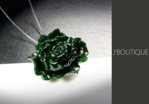ミャンマー産天然無処理翡翠 薔薇 バラ ペンダント 手石 インテリア 艶緑